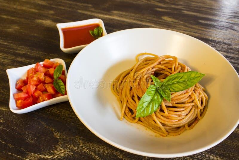 Salsa al pomodoro del briciolo degli spaghetti fotografie stock libere da diritti