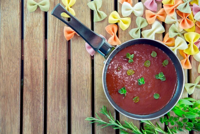 Salsa al pomodoro in una pentola con pasta immagini stock
