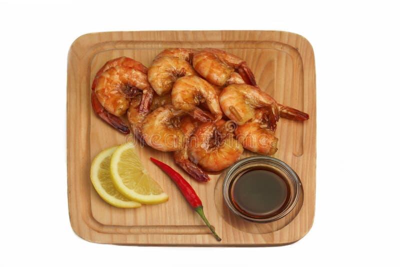 Salsa arrostita di re Size Shrimps With servita sul bordo di legno fotografia stock libera da diritti