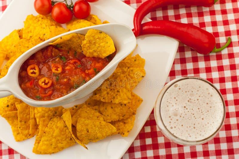 Salsa avec les frites et la bière de tortilla photo stock