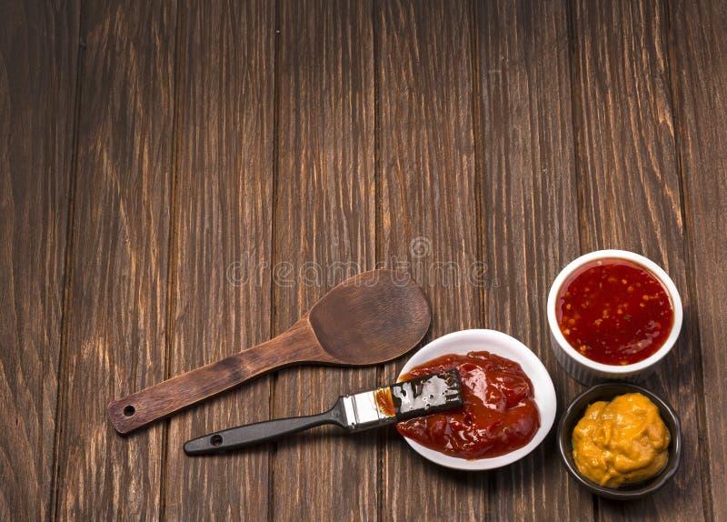 Salsa barbecue con l'unto della spazzola immagini stock libere da diritti