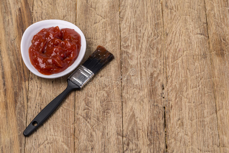 Salsa barbecue con l'unto della spazzola immagine stock