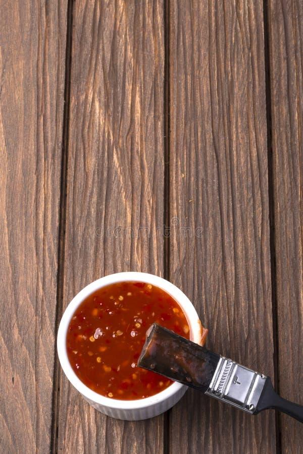 Salsa barbecue con l'unto della spazzola immagini stock