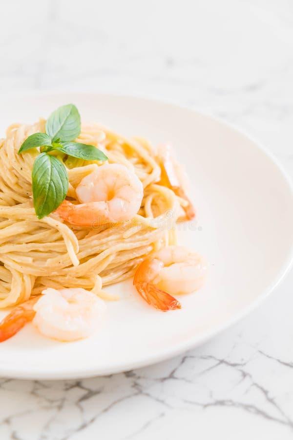 salsa blanca del queso cremoso de los espaguetis con el camarón fotos de archivo libres de regalías