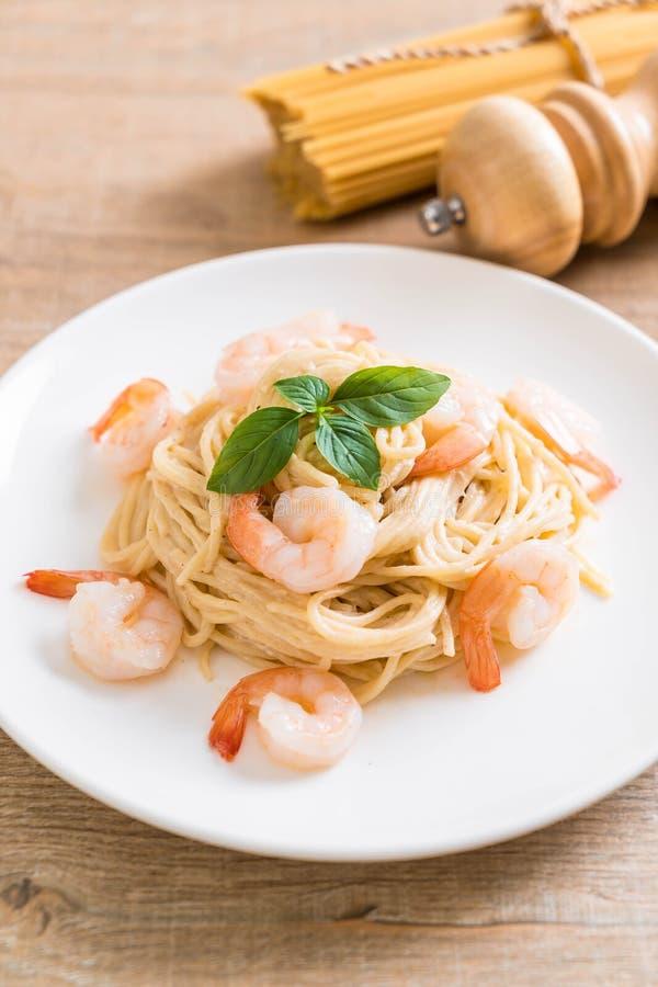 salsa blanca del queso cremoso de los espaguetis con el camar?n foto de archivo