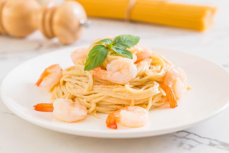 salsa blanca del queso cremoso de los espaguetis con el camar?n imagenes de archivo
