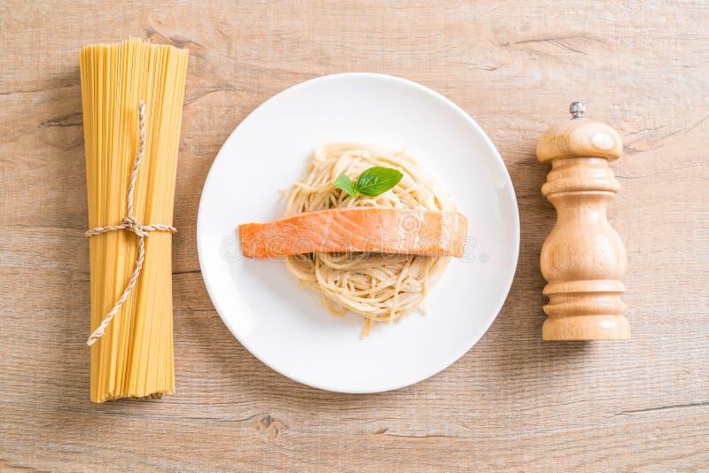 salsa blanca del queso cremoso de los espaguetis con los salmones imagen de archivo libre de regalías