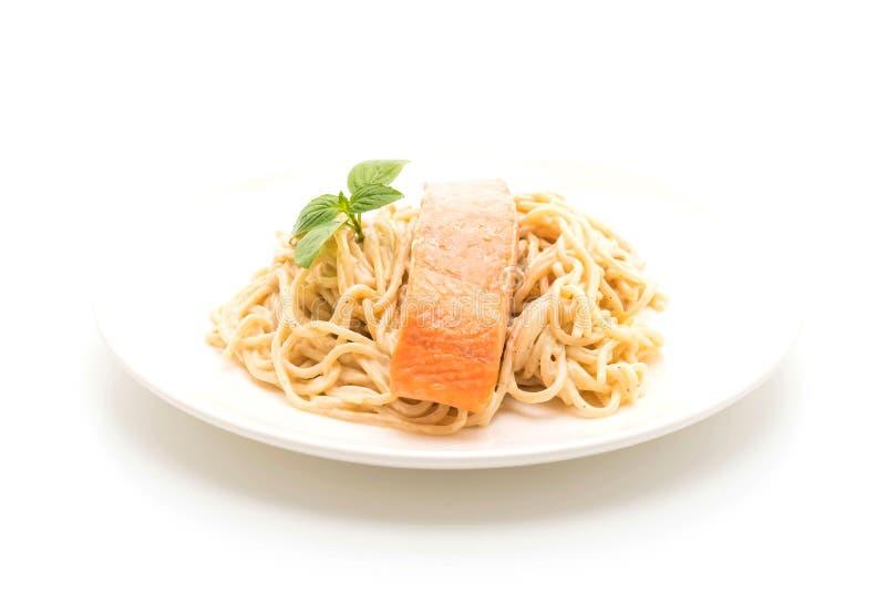 salsa blanca del queso cremoso de los espaguetis con los salmones fotografía de archivo