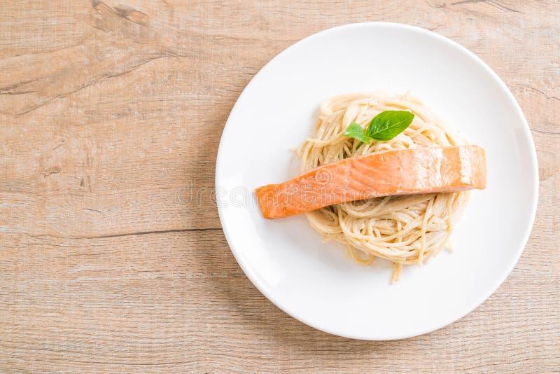 salsa blanca del queso cremoso de los espaguetis con los salmones foto de archivo libre de regalías