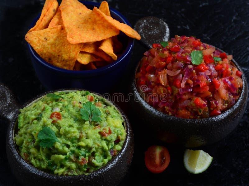 Salsa caseiro e guacamole com microplaquetas de milho imagens de stock