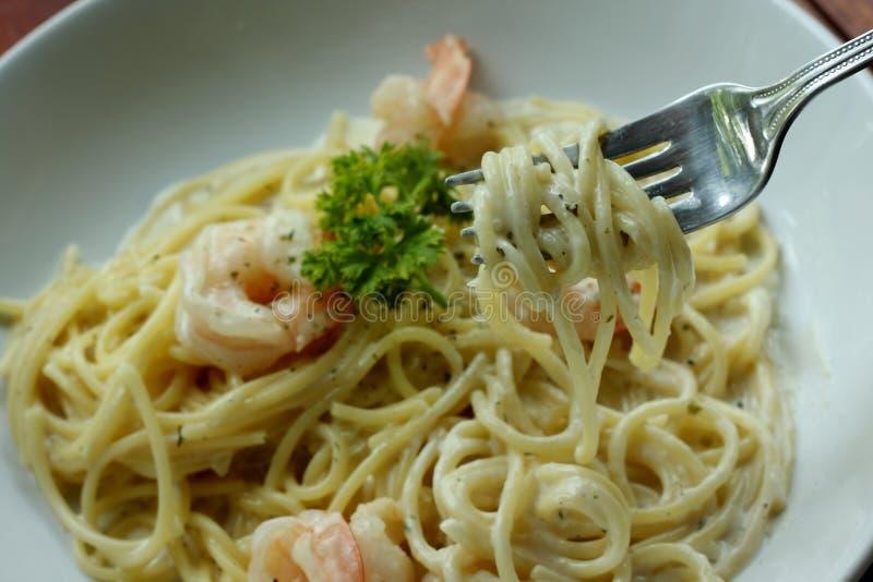 Salsa crema bianca degli spaghetti con gamberetto fotografie stock