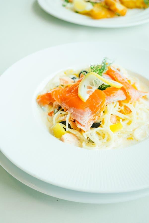 Salsa cremosa de las pastas o de los espaguetis con la carne y el limón de color salmón en el top fotos de archivo libres de regalías