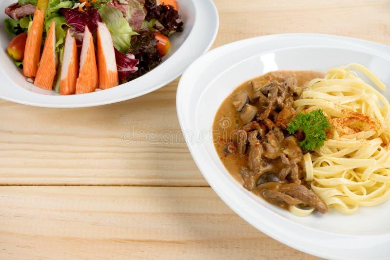 salsa de la carne de los espaguetis con la ensalada del cangrejo foto de archivo libre de regalías