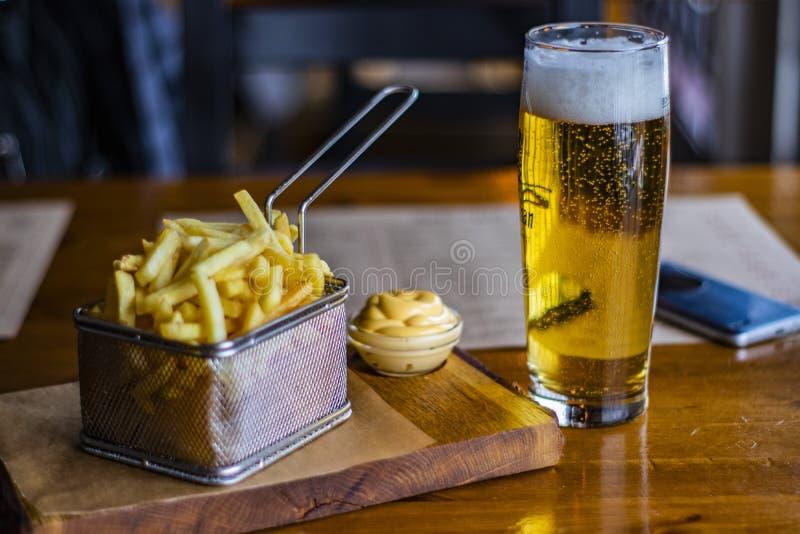 Salsa de la cerveza, de la patata y de queso fotos de archivo