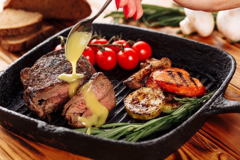 Salsa de mostaza de colada cortada del solomillo del filete de carne de vaca foto de archivo libre de regalías