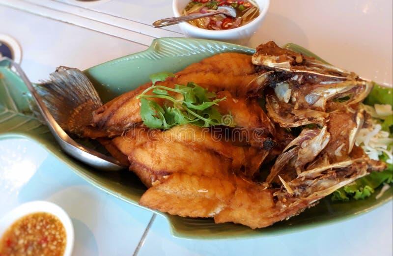 Salsa de pescados frita Mordedores rematados con la salsa fotografía de archivo