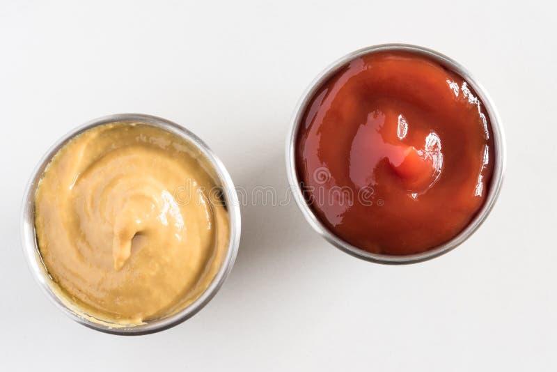 Salsa de tomate y mostaza en tazas del condimento fotos de archivo libres de regalías