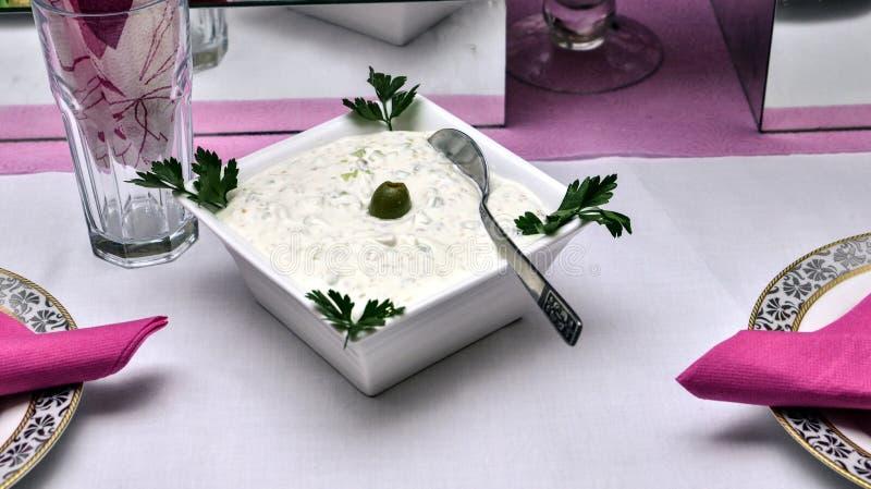 Salsa de Tzatziki en los ingredientes de la tabla fotos de archivo libres de regalías