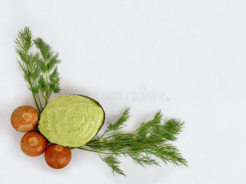Salsa del guacamole nella buccia dalle metà dell'avocado immagine stock