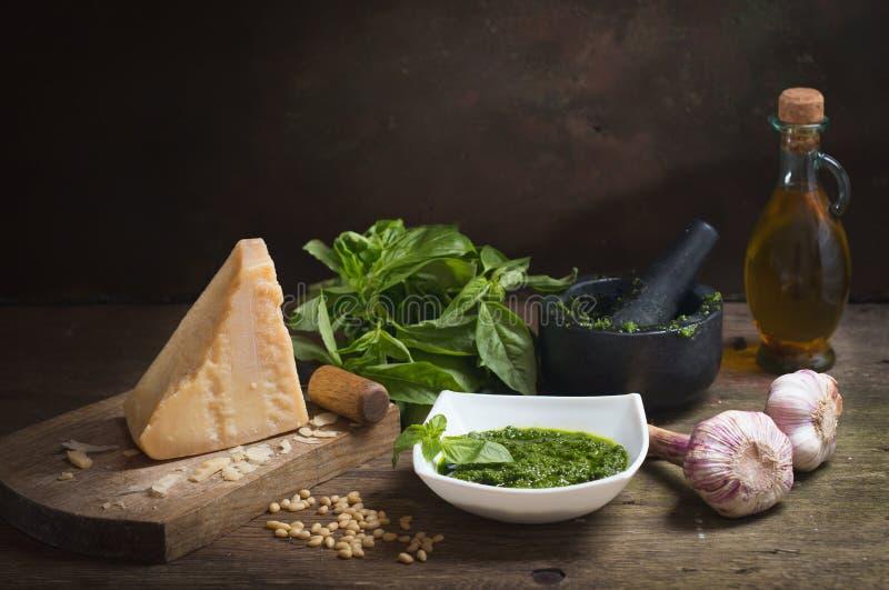 Salsa del Pesto con los ingredientes para cocinar foto de archivo libre de regalías
