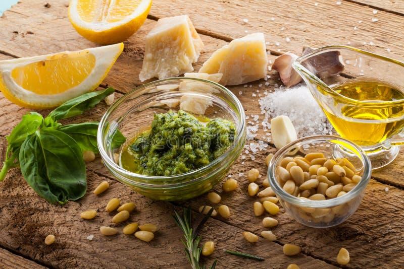 Salsa del pesto de la albahaca e ingrediente fresco foto de archivo