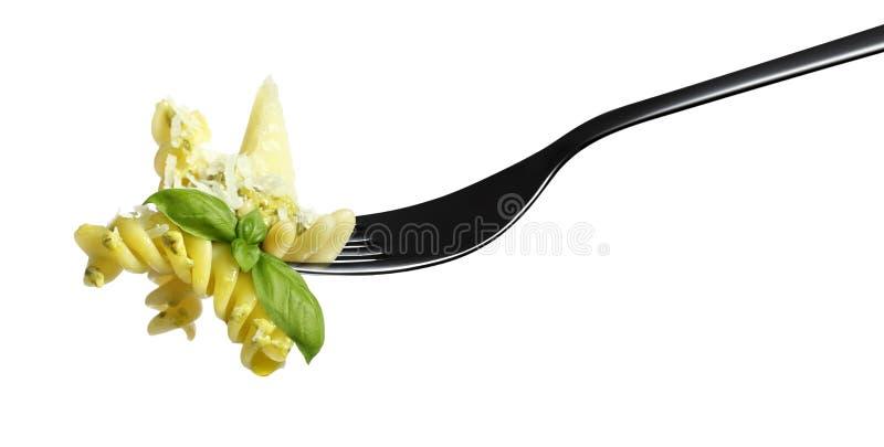 Salsa del pesto del fusilli de las pastas de la bifurcación, nueces de pino del parmesano de la albahaca aisladas en blanco fotos de archivo