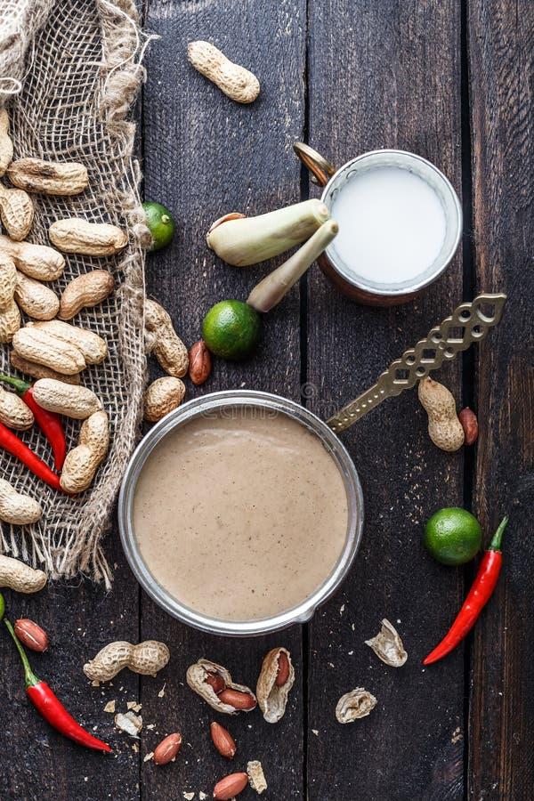 Salsa dell'arachide o salsa satay per gli spiedi del pollo immagini stock
