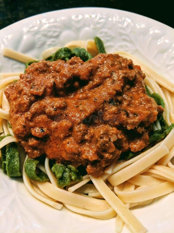 Salsa della carne e del Fettuccine su un piatto fotografia stock libera da diritti