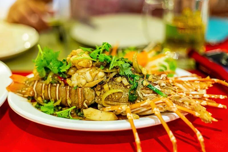 Salsa di aglio arrostita farcita aragosta deliziosa con le squisitezze marine Asia del primo piano esotico appetitoso del piatto  fotografia stock libera da diritti