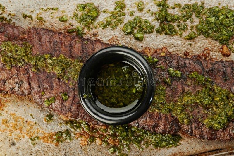 Salsa di Chimichurri in ciotola fotografia stock libera da diritti