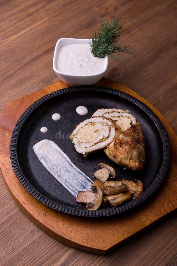 Salsa di funghi di bianco della senape di Digione del rotolo del pollo fotografia stock libera da diritti