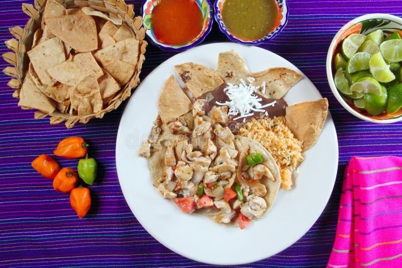 Salsa di peperoncino rosso di stile del tacos di pollo e nachos messicani immagini stock