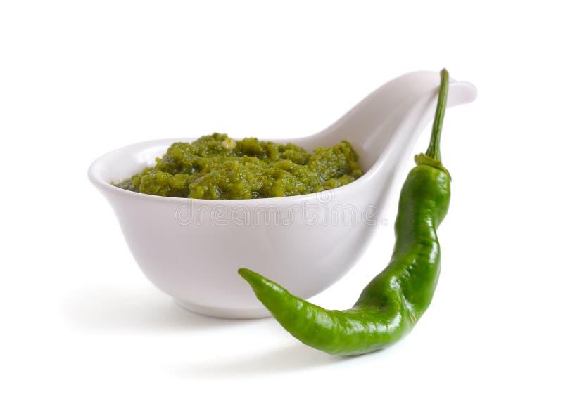 Salsa di peperoncino rosso verde nel crogiolo di salsa Con peperone verde immagine stock