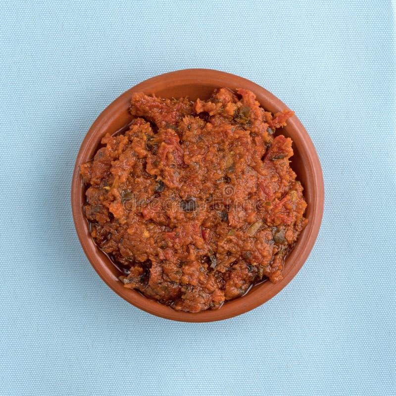Salsa di pesto del pomodoro in una piccola ciotola immagini stock