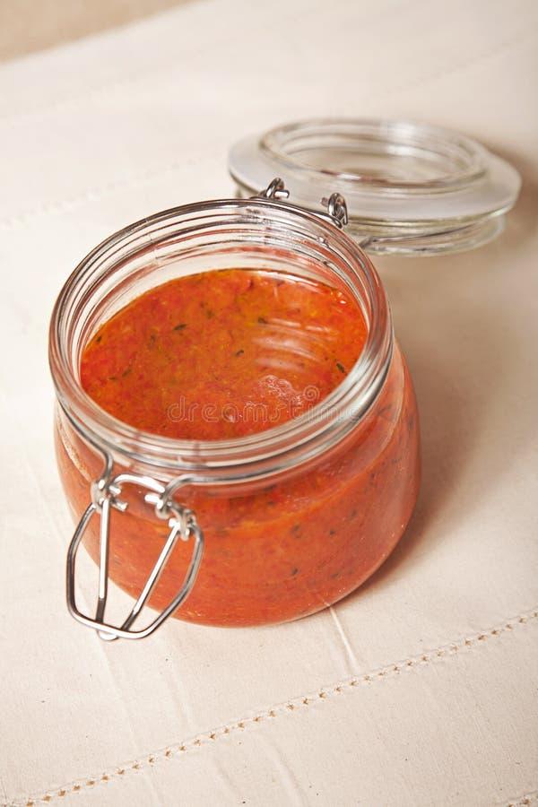 Salsa di pomodori piccante in un vaso immagine stock