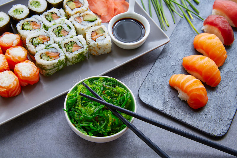 Salsa di soia dei sushi Maki e di Niguiri e wasabi fotografie stock libere da diritti