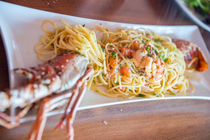 Salsa do tomate dos moluscos do calamari do linguini da massa dos espaguetes da lagosta do marisco fotografia de stock royalty free