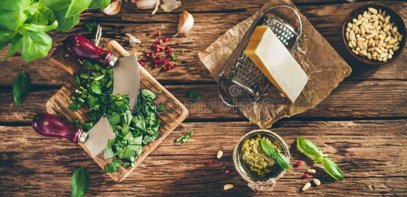 Salsa e ingredientes del Pesto en la tabla de madera vieja imagen de archivo libre de regalías