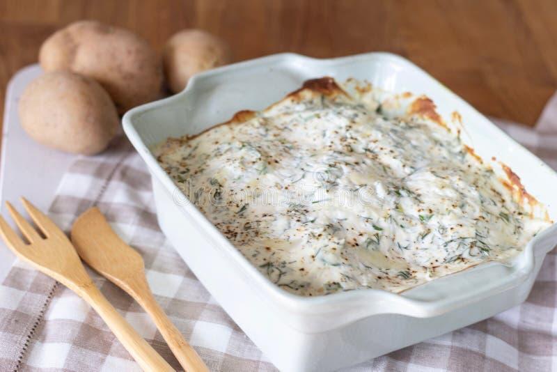 Salsa ed erbe di formaggio al forno della patata immagine stock libera da diritti