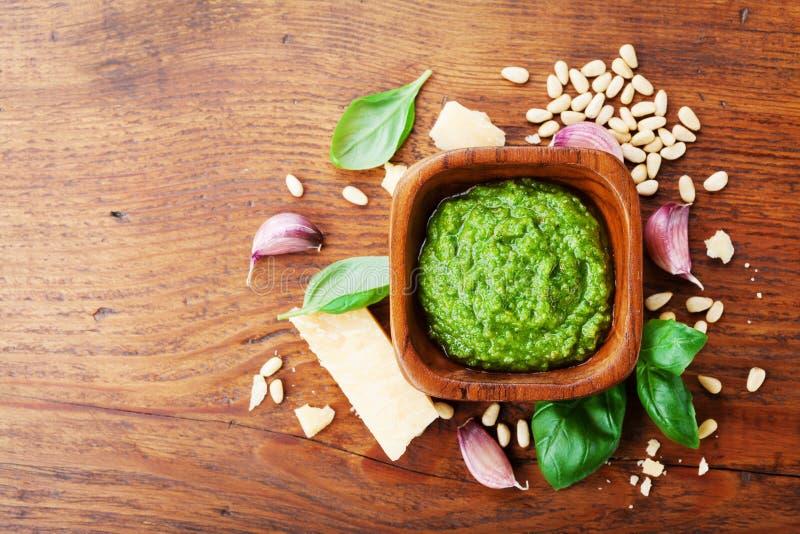 Salsa fresca italiana tradizionale di pesto con la vista superiore degli ingredienti crudi Sano e alimento biologico immagini stock libere da diritti