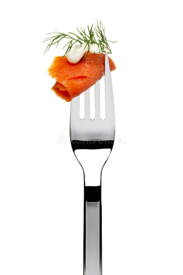 Salsa fumada de los salmones, del eneldo y de ajo en fork imágenes de archivo libres de regalías