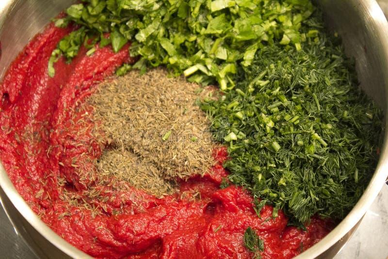 Salsa georgiana di Satsebeli degli ingredienti: pomodori, erbe, spezie fotografia stock