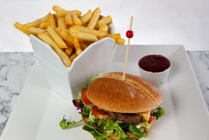 Salsa ketchup delle patate fritte dell'hamburger del formaggio del manzo fotografia stock