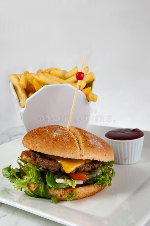 Salsa ketchup delle patate fritte dell'hamburger del formaggio del manzo immagine stock libera da diritti