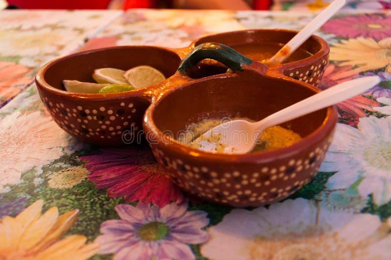 Salsa messicana calda della salsa del habanero di Picante con calce immagini stock