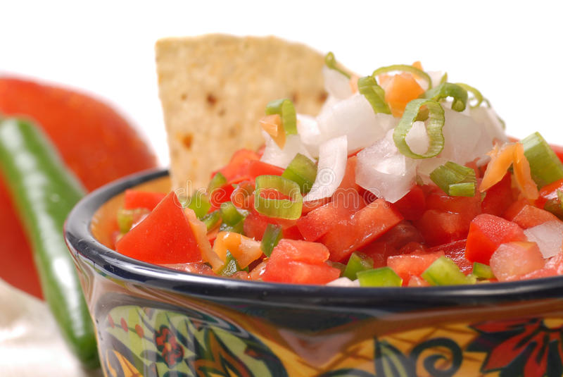 Salsa piccante con i chip di tortiglia fotografia stock