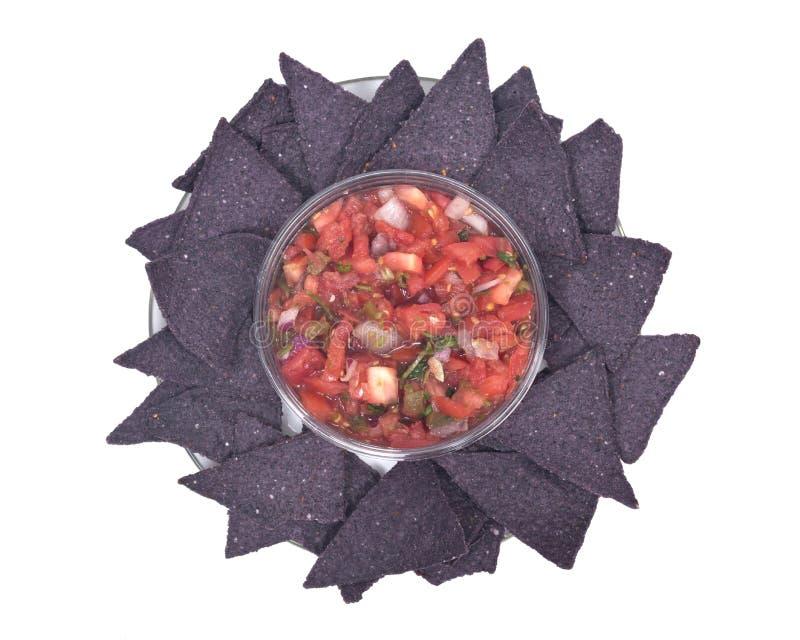Salsa pico de Gallo e chip di tortiglia blu del cereale immagine stock