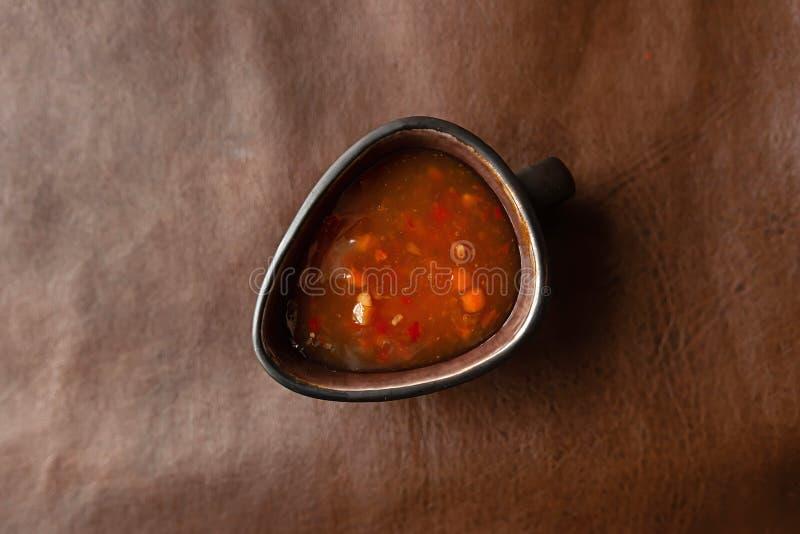 Salsa roja en un fondo blanco foto de archivo libre de regalías