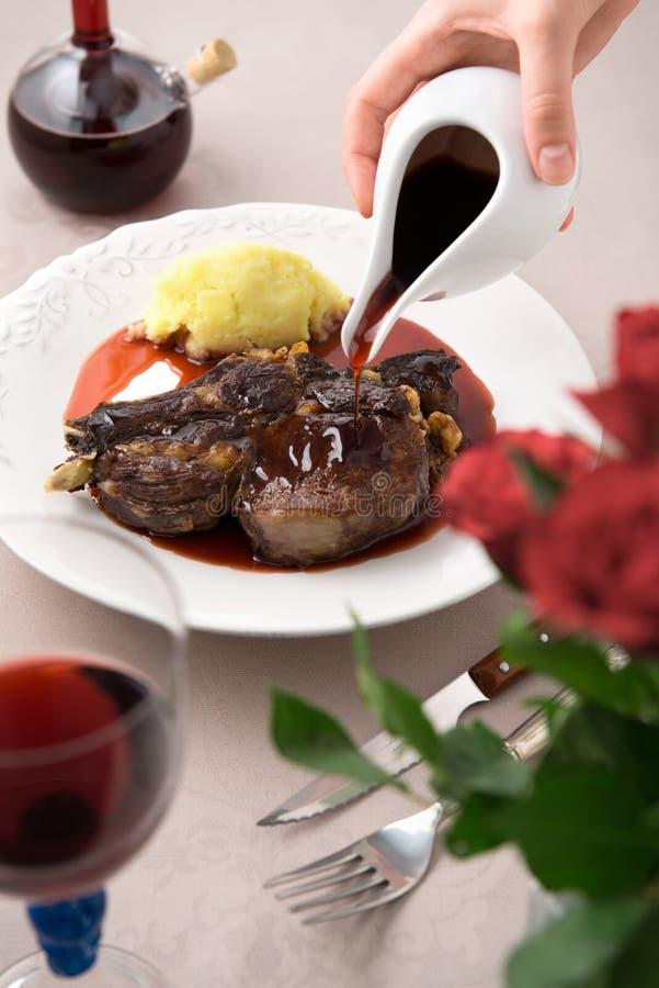 Salsa rossa su carne con le patate fotografie stock