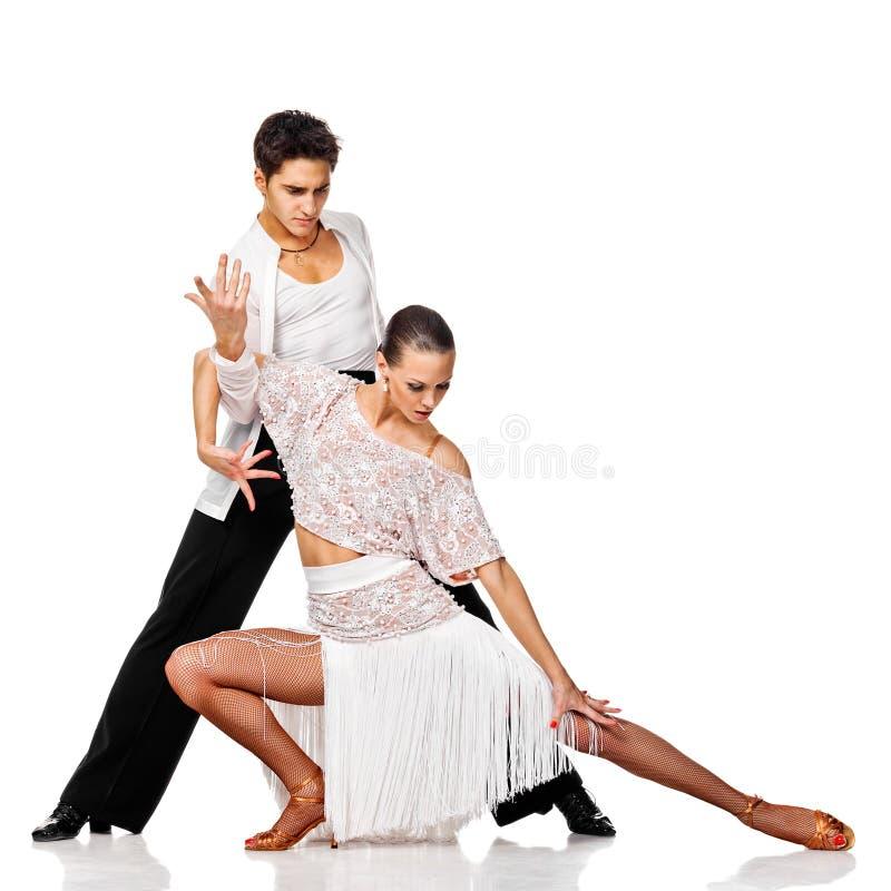 Salsa sensual del baile de los pares. Bailarines del Latino en la acción. Aislado foto de archivo libre de regalías